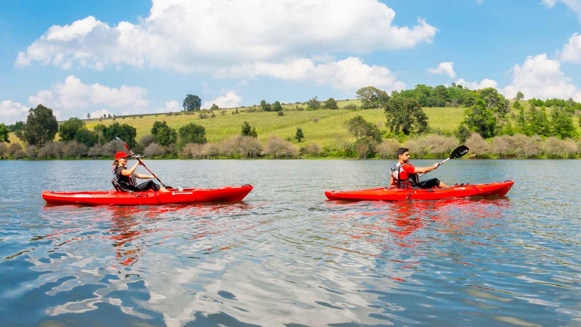visitantes realizando kayak por la presa umécuaro